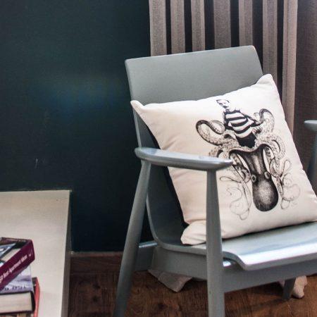 כסא וינטג' מקורי שנות ה 50 צבוע בגוון כחלחל על רקע קיר כחול כהה