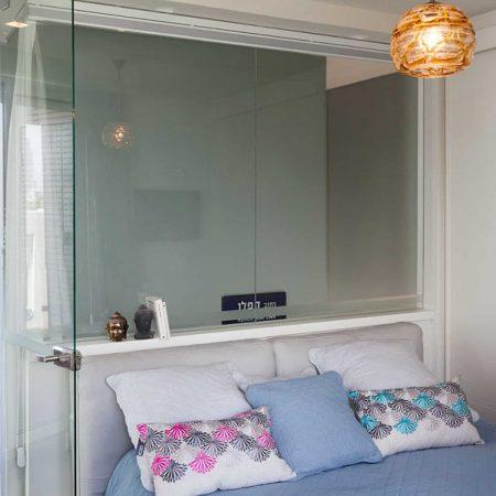 מבט מחדר השינה למרפסת הגג בדירת גג בתל אביב