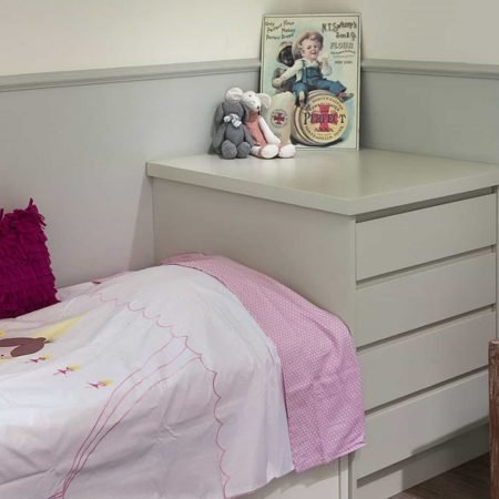 חדר שינה ילדים. מיטה ושידה עשויות MDF צבוע בשלייף לק בגוונים בהירים אפורים