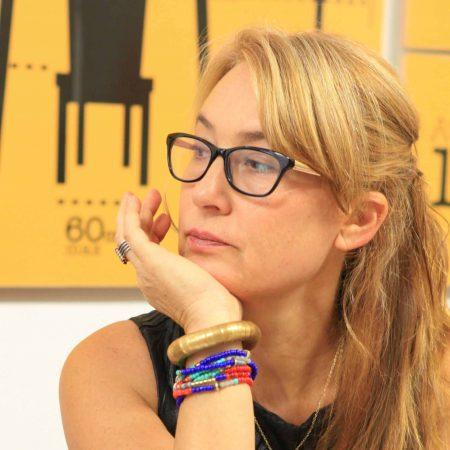 יהודית נוריאל, מעצבת פנים, מקשיבה בשיעור במהלך קורס ספריית החומרים של שרון