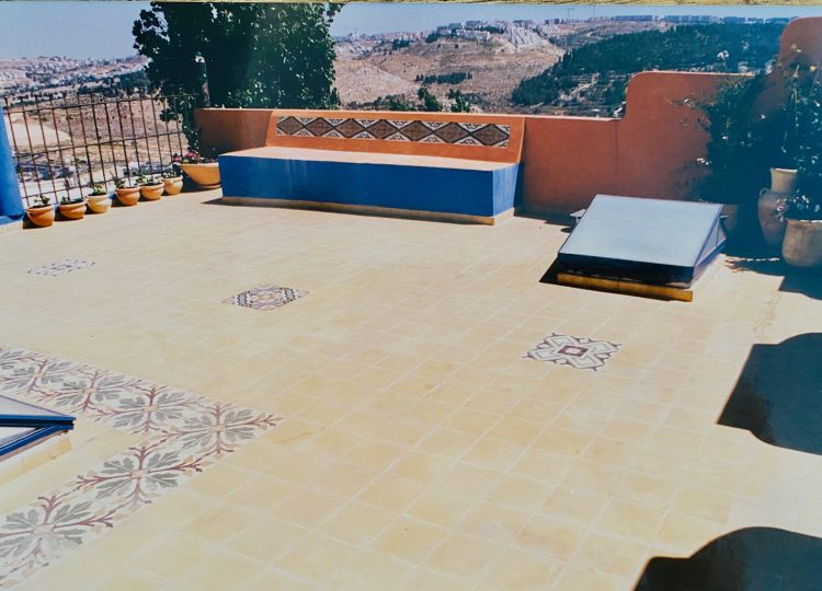 טיח שליכט כתום וכחול, גג ירושלמי, שרון אלה עיצוב פנים 1997 ,אריחי בטון מעוטרים