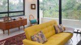 מבט מהסלון לכיוון מרפסת סלון והנוף של הכרמל היפה. ברקע ספת וינטג' מקורית מרופדת בגוון צהוב