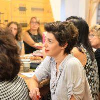 שירי רודצקי מעצבת פנים מקשיבה במהלך הרצאה של שרון אלה